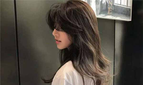 头发干枯焦黄开叉出油对女人面相的影响